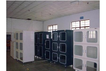 Các mẫu tủ chống ẩm chuyên dụng trong phòng thí nghiệm